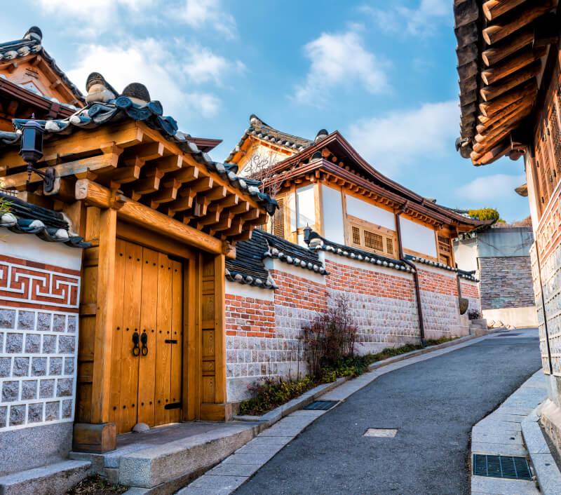 Bukchon Hanok Village mit seinen malerischen, alten Gassen. Foto: Vincent St. Thomas / Shutterstock.com