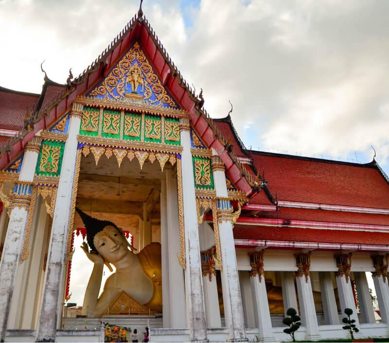Der liegende Buddha im Tempel Wat Hat Yai Nai. Foto: reshoot / Shutterstock.com