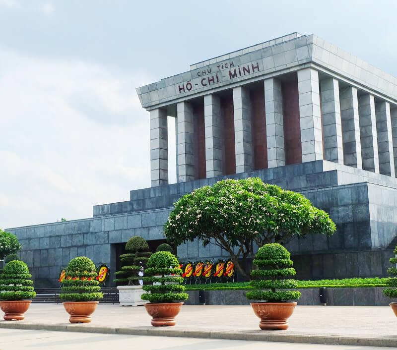 Das Ho Chi Minh Mausoleum am Ba Đình Platz in Hanoi. Foto: prettymeko / Shutterstock.com