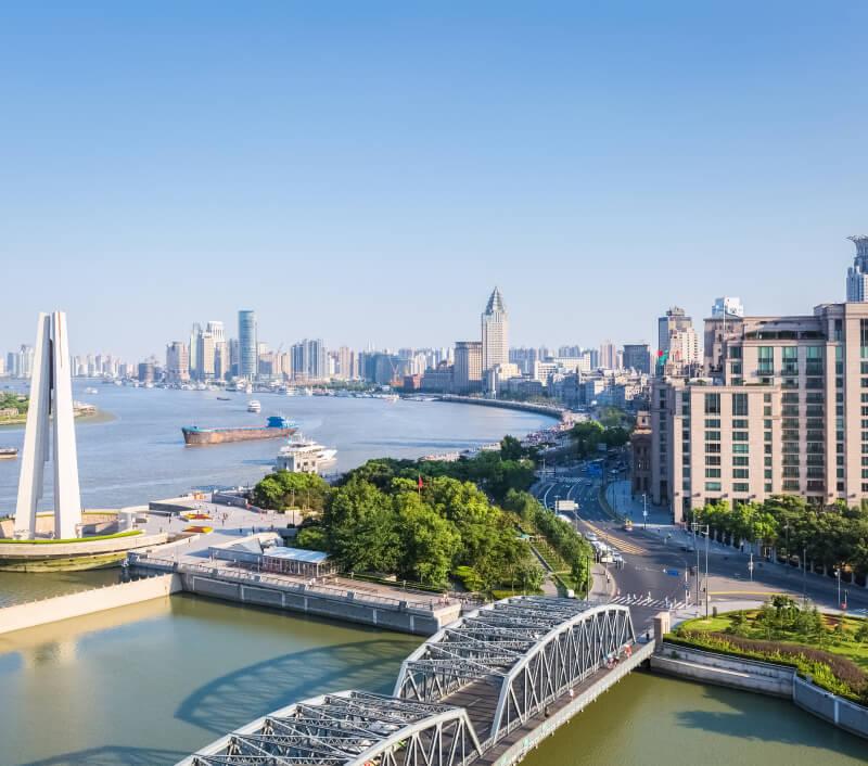 Huangpu River mit dem Denkmal für die Helden des Volkes. Foto: chuyuss / Shutterstock.com