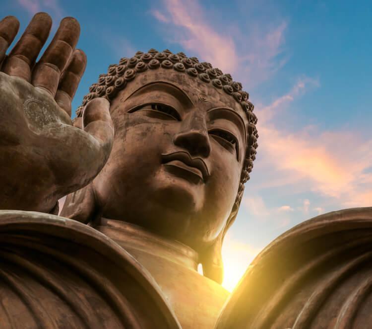 Der Tian Tan Buddha auf Lantau Island ist eines der Wahrzeichen von Hong Kong. Foto: Vincent St. Thomas / Shutterstock.com