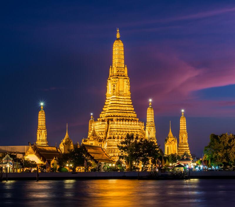 """Einer der bekanntesten Tempel in Bangkok ist Wat Arun, der """"Tempel der Morgenröte"""". Foto: Zanettipix / Shutterstock.com"""