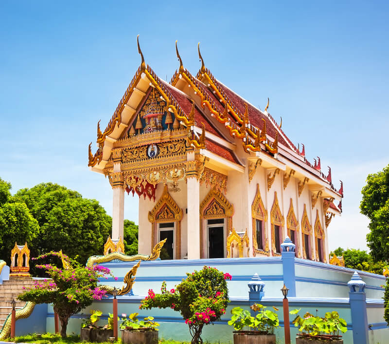 """Wat Khunaram mit dem Schrein des bekannten """"Mumienmönchs"""" auf Koh Samui. Foto: Preto Perola / Shutterstock.com"""